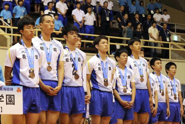 男子バレーで3位に入賞した駿台学園の選手たち ©読売新聞社