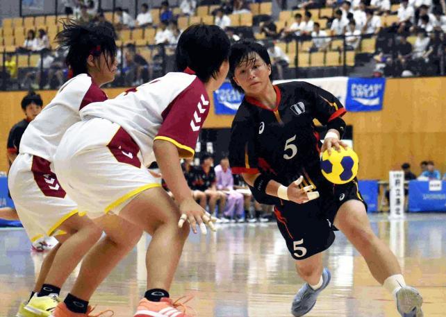 ハンドボール女子 ドリブルでボールを運ぶ洛北の滝石涼伽(右) ©読売新聞社