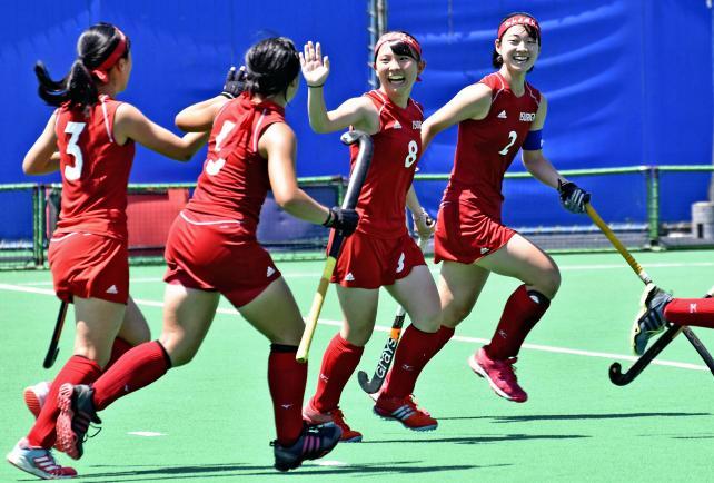 ホッケー女子 追加点が入り、ハイタッチする石動の選手 ©読売新聞社