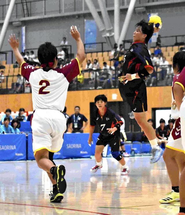 ハンドボール女子 力強いシュートを放つ洛北の滝石涼伽 ©読売新聞社