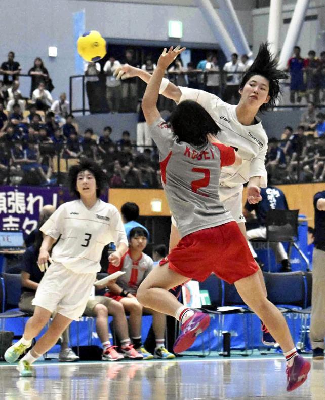 ハンドボール女子 ゴールを狙う高岡向陵の高木朔来 ©読売新聞社