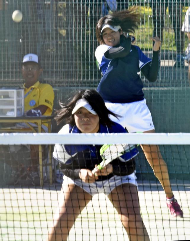 ソフトテニス女子個人、3回戦を突破した高田商の木原那菜(奥)、恵菜ペア ©読売新聞社