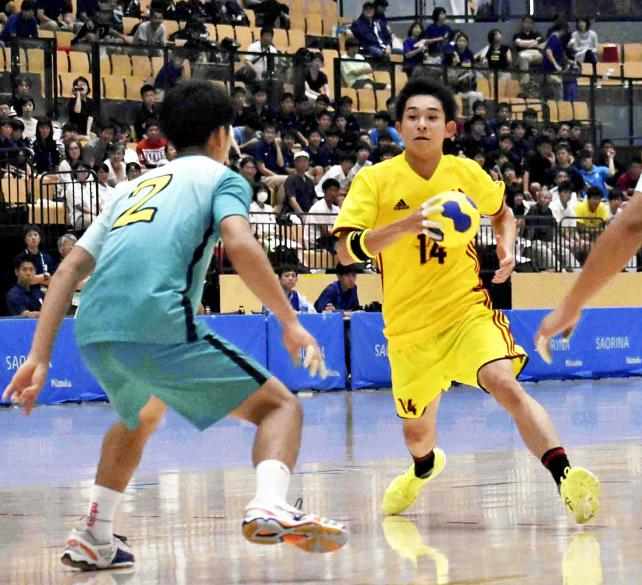 ハンドボール男子準決勝、ドリブルでボールを運ぶ北陸の前田紗良主将(右) ©読売新聞社