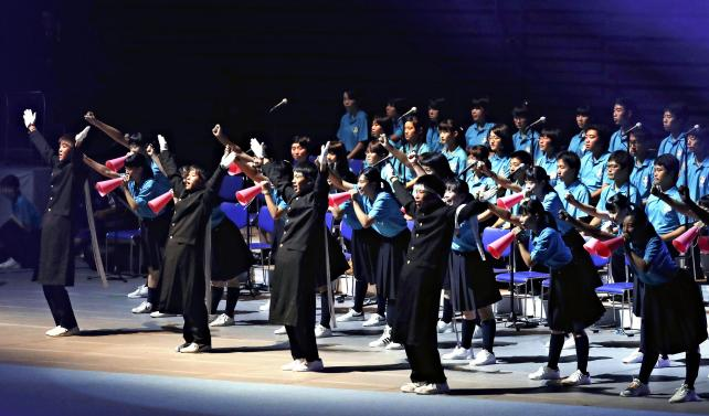 開会式を盛り上げた高校生らの演技 ©読売新聞社