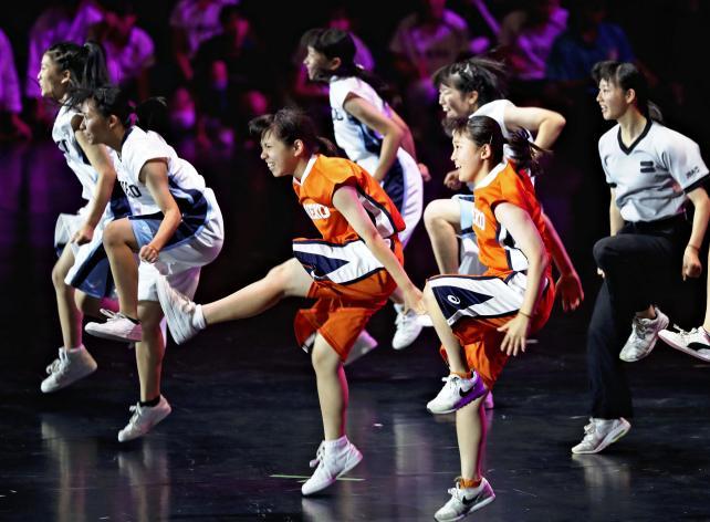 開会式で躍動的なダンスパフォーマンスを見せる高校生ら ©読売新聞社