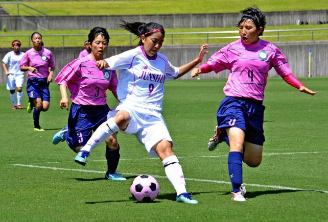 サッカー女子 相手ゴールに攻め込む藤枝順心の選手(中央)©読売新聞社