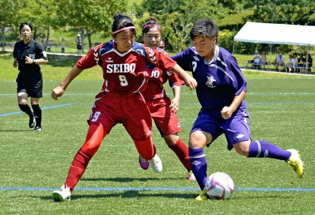 サッカー女子 激しく競り合う福井工大福井の選手(右)©読売新聞社