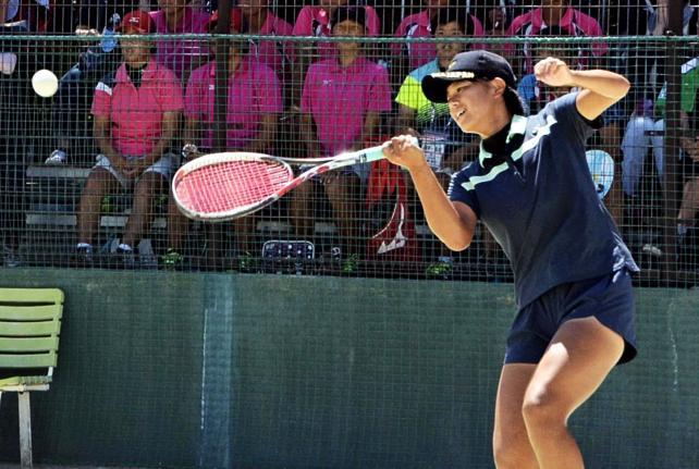 ソフトテニス女子個人、熱戦を繰り広げる三重の花尻 ©読売新聞社