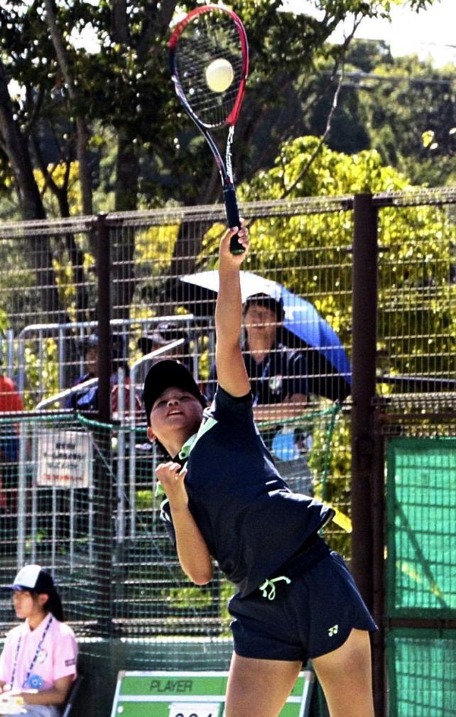 ソフトテニス女子個人、熱戦を繰り広げる三重の田川 ©読売新聞社