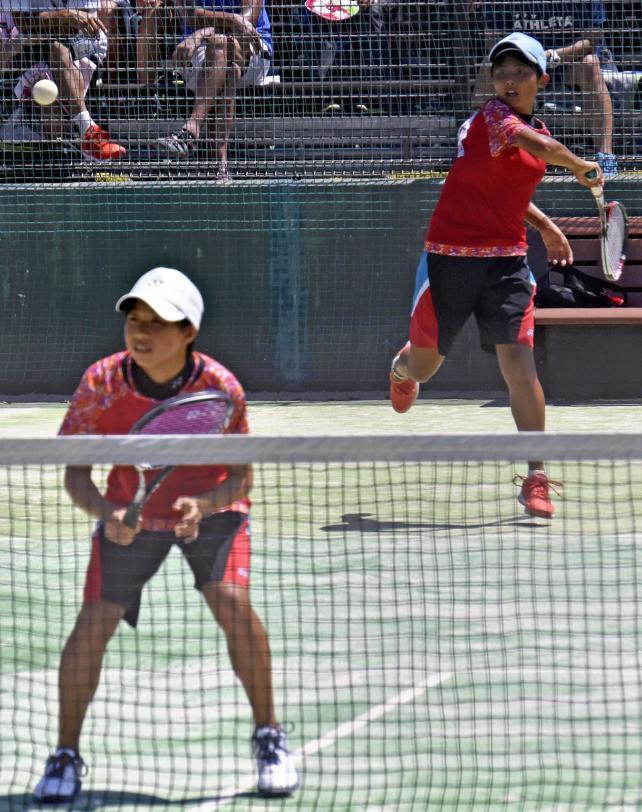ソフトテニス女子個人準々決勝、ボールを打ち返す昭和学院の斎木菜々花、手前は吉野南美 ©読売新聞社