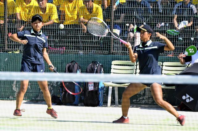 ソフトテニス女子個人準決勝、息の合ったプレーを見せる三重の浪岡菜々美(右)と田川美怜 ©読売新聞社