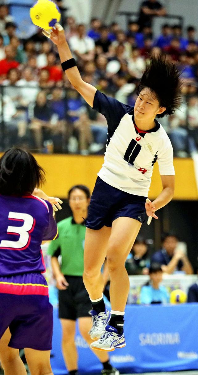 ハンドボール女子決勝 シュートを放つ、佼成学園女の瀧川璃紗 ©読売新聞社