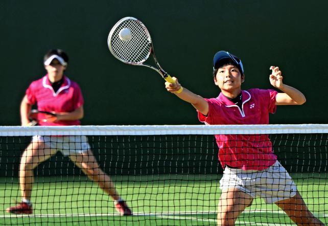 ソフトテニス女子個人決勝、積極的なネットプレーを見せる文化学園大杉並の原島百合香(右)、左は小林愛美 ©読売新聞社