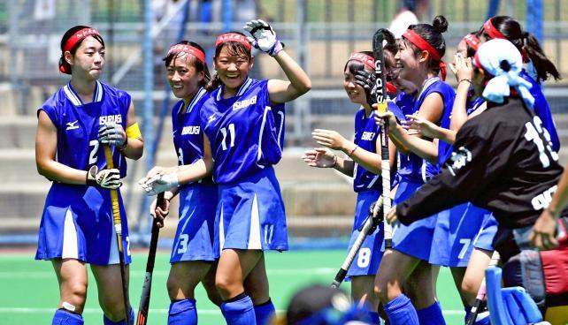 ホッケー女子、優勝を決め応援団にあいさつに向かう石動の選手 ©読売新聞社
