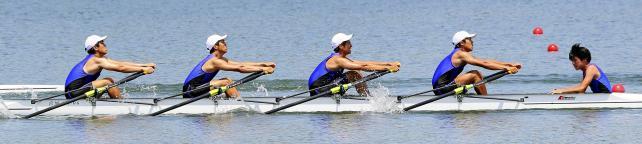 ボート男子かじ付き4人スカルで2位になった越ケ谷の選手たち ©読売新聞社