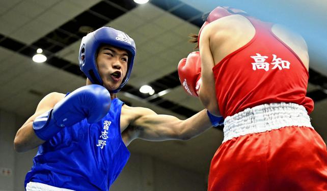 ボクシングライト級1回戦、果敢に攻める習志野の堤麗斗(左) ©読売新聞社