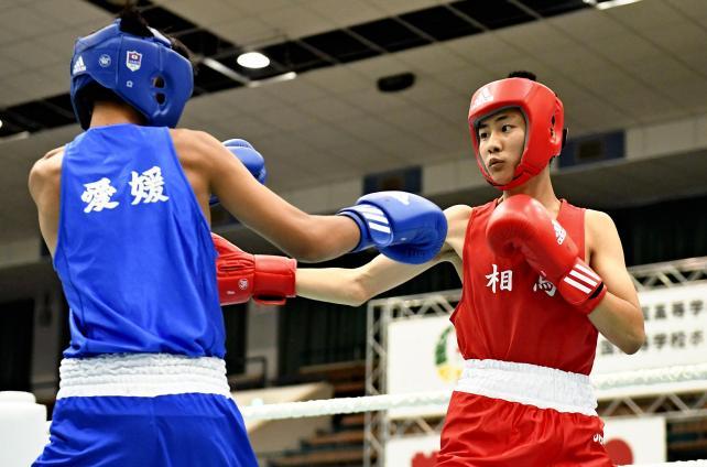 ボクシングフライ級1回戦、果敢に攻める相馬の船山大翔(右) ©読売新聞社