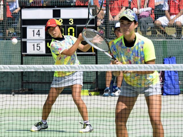 ソフトテニス女子団体1回戦、懸命にボールを返す上伊那農の矢崎小春(左)と小田切敬子 ©読売新聞社