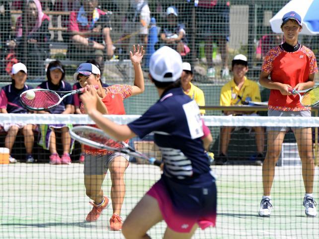 ソフトテニス女子団体1回戦、果敢なネットプレーを見せる川之石の矢野陽子(左)と浜田里帆 ©読売新聞社