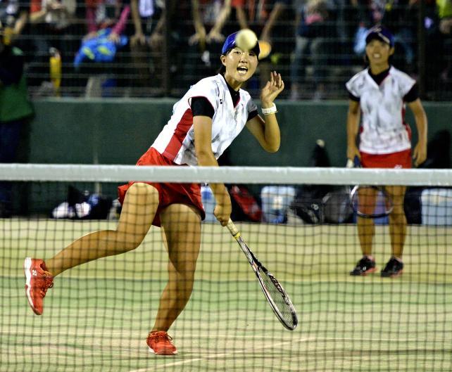 ソフトテニス女子団体戦決勝、果敢なネットプレーでポイントを奪う北越の木村美月(左)と水沢奈央 ©読売新聞社