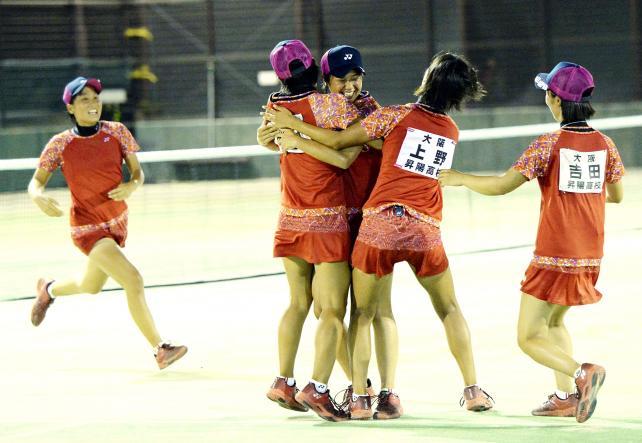 ソフトテニス女子団体で優勝し抱き合って喜ぶ昇陽の選手たち ©読売新聞社