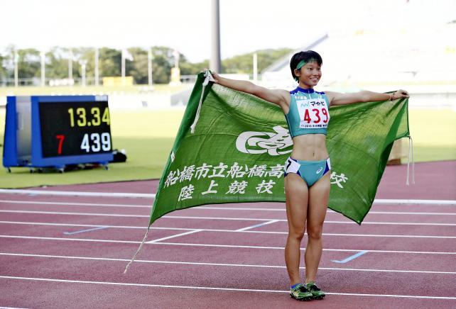 陸上女子100メートル障害決勝で高校新記録で優勝した市船橋の小林歩未 ©読売新聞社