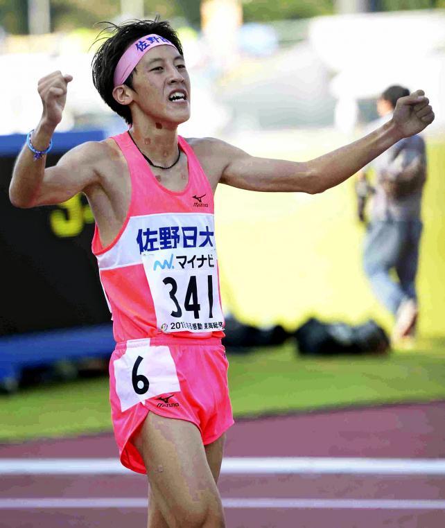 陸上男子1500メートルで日本人最上位の2位に入り、ガッツポーズを見せる佐野日大の樋口翔太 ©読売新聞社
