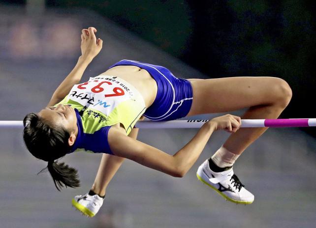 陸上女子走り高跳びで優勝した浜松西の大滝佐和 ©読売新聞社