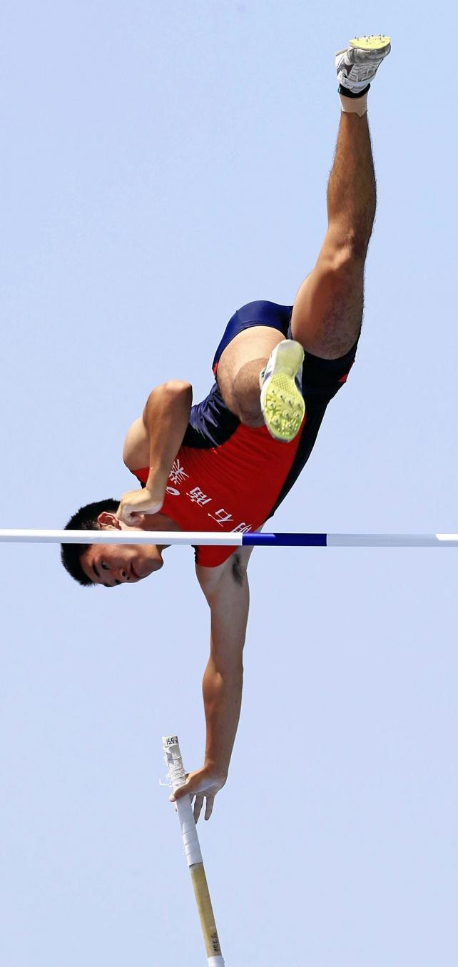 陸上男子棒高跳びで2位になった明石商の三戸田湧司 ©読売新聞社