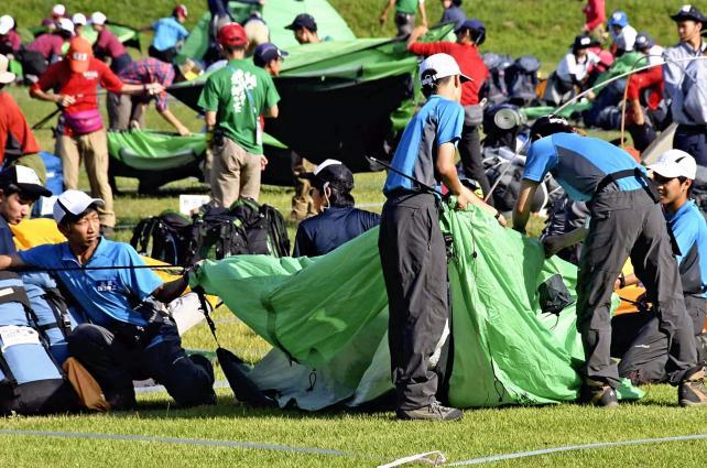 登山でテント設営をする四日市工業チーム ©読売新聞社