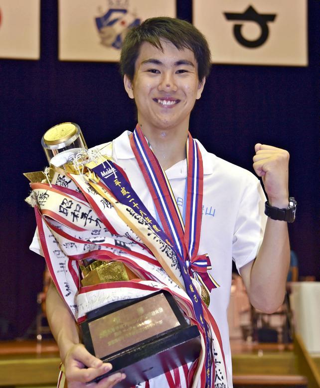 フェンシング男子サーブルで優勝し、トロフィーを抱いてガッツポーズする日大豊山の杉本隆大 ©読売新聞社