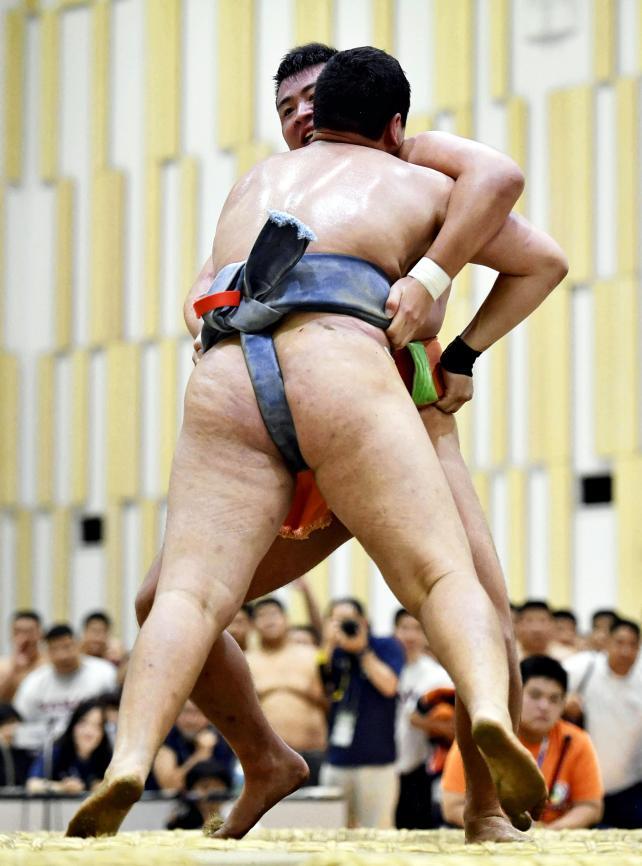 相撲個人、旭丘のチョイジルスレン選手(手前)を寄り切り、優勝した埼玉栄の斎藤大輔 ©読売新聞社