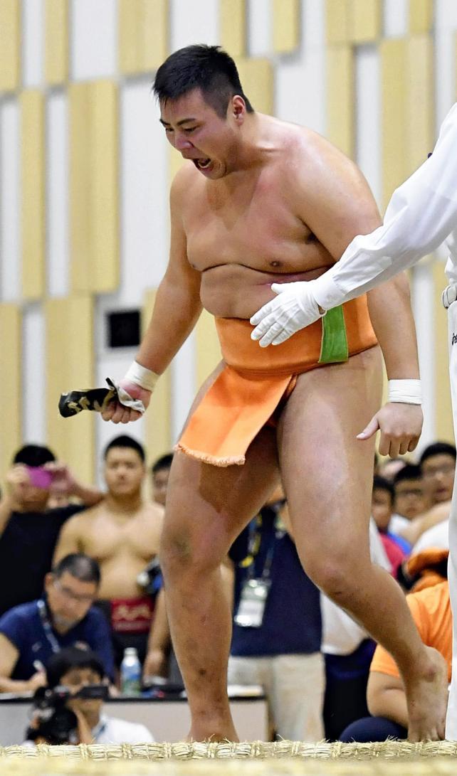 相撲個人で優勝し雄たけびを上げる埼玉栄の斎藤大輔 ©読売新聞社