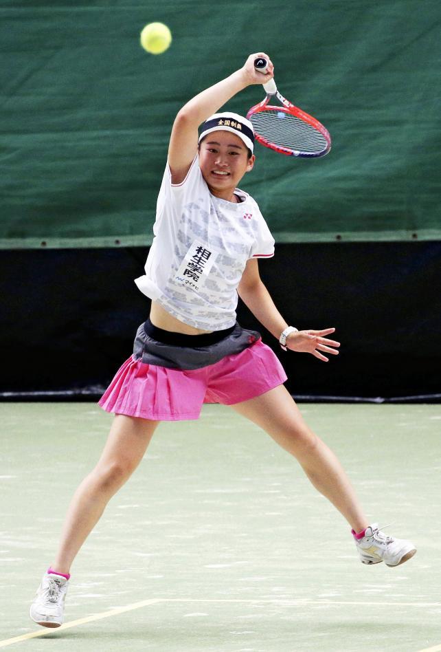 テニス女子団体、決勝で白熱したプレーを見せる相生学院の田中菜冴美 ©読売新聞社