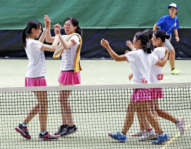 テニス女子団体で優勝を決めて喜ぶ相生学院の選手たち ©読売新聞社