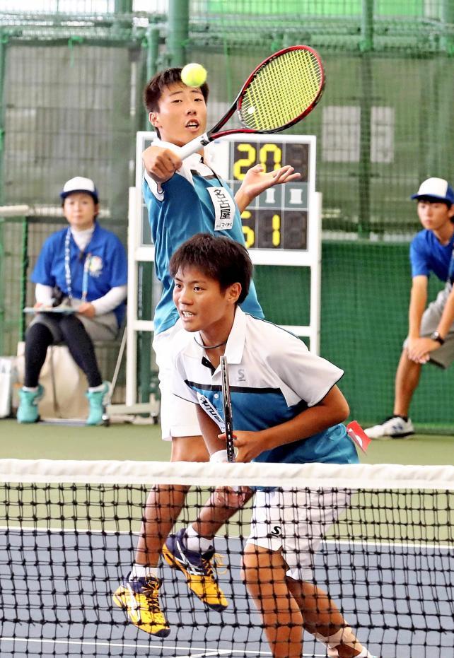 テニス男子団体、準決勝で敗れるも奮闘した名古屋の宮本貫太郎(手前)と鈴木悠太 ©読売新聞社