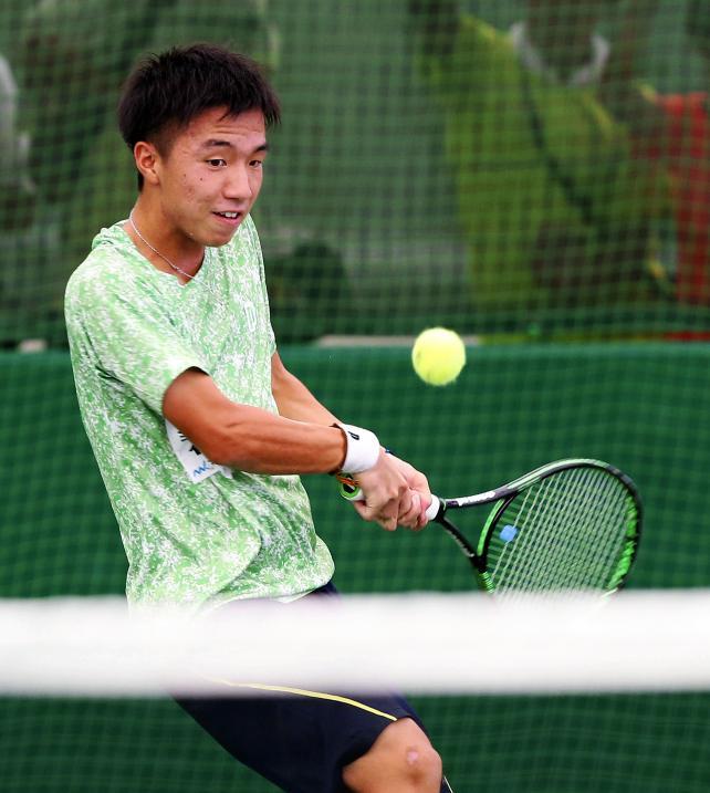 テニス男子団体決勝で勝利を挙げた秀明八千代の白石光 ©読売新聞社