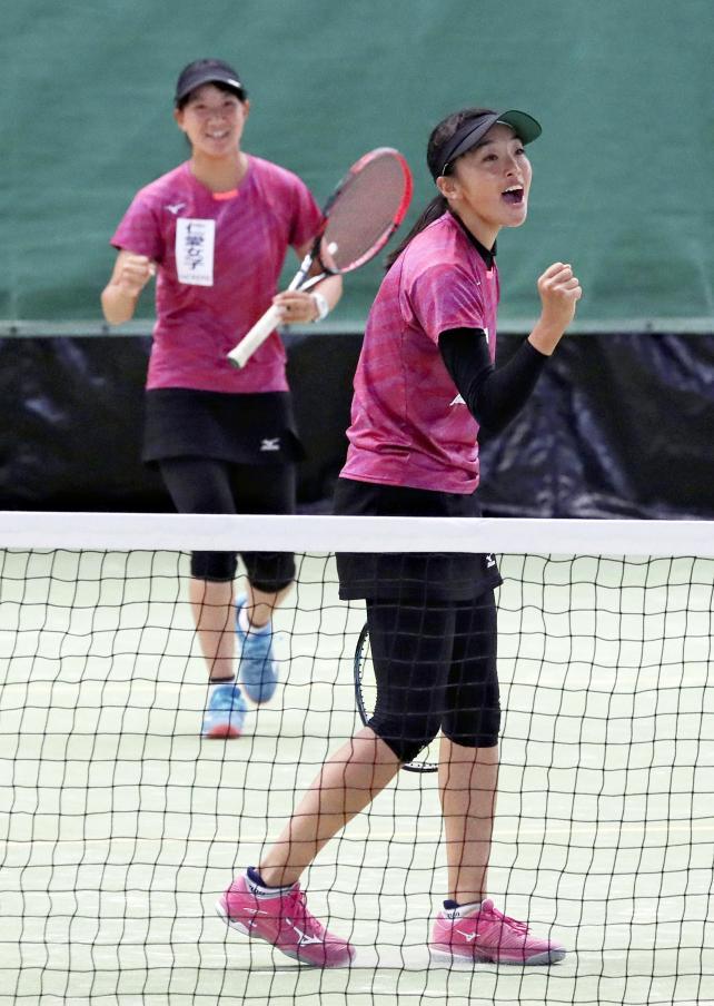 テニス女子団体で決勝に進出した仁愛女の吉田華菜子(右)と吉田朋夏