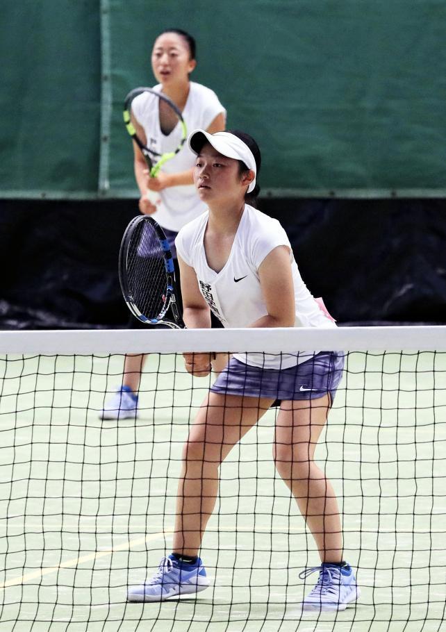 テニス女子団体、準決勝で惜しくも敗れた野田学園の南口亜美(右)と山口みやび ©読売新聞社