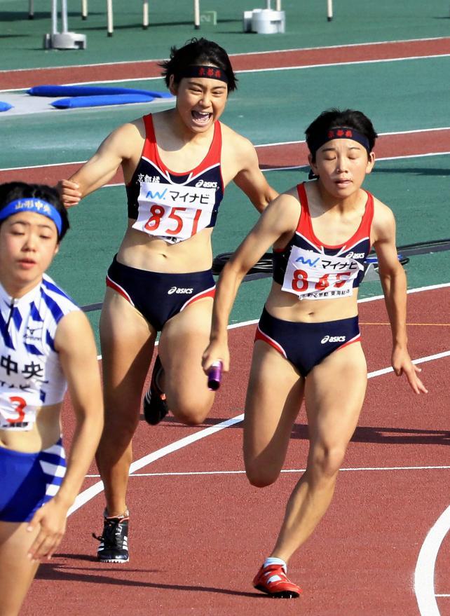 陸上女子400メートルリレーで2位に入った京都橘の第2走者・古西清乃(左)から第3走者・安達茉鈴へのバトンタッチ ©読売新聞社