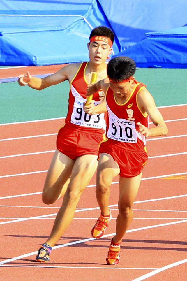 陸上男子400メートルリレーで2位に入った四日市工の第2走者・林哉太(左)から第3走者・高橋隆晟へのバトンタッチ ©読売新聞社