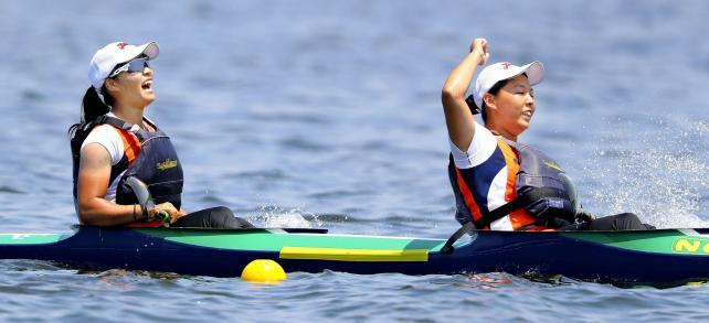 カヌー女子スプリント・カヤックペア(500㍍)で優勝した谷地の選手たち ©読売新聞社