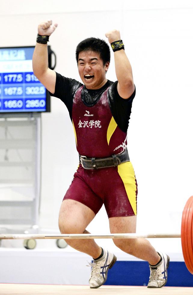 重量挙げ85キロ級で優勝した金沢学院の江端龍生 ©読売新聞社