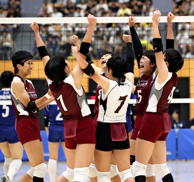 バレーボール女子で優勝して喜ぶ下北沢成徳の選手たち ©読売新聞社