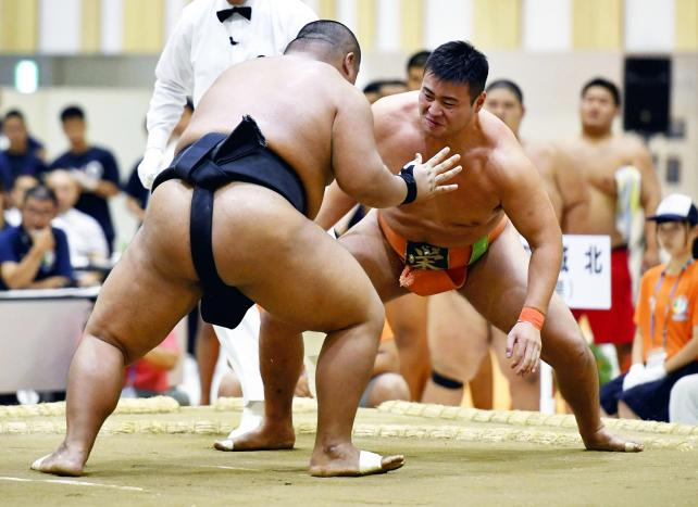 相撲団体決勝で果敢に攻める埼玉栄の斉藤大輔(右) ©読売新聞社