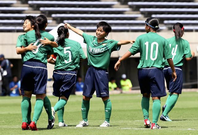 サッカー女子決勝、先制点が入り喜ぶ常盤木学園の選手たち ©読売新聞社
