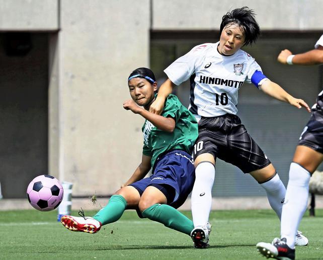 サッカー女子決勝 シュートを放つ常盤木学園の加藤栞(左) ©読売新聞社