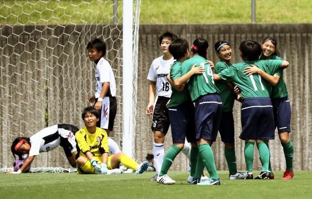 サッカー女子決勝 中村(右端)が2点目を決め、喜ぶ常盤木学園の選手たち ©読売新聞社