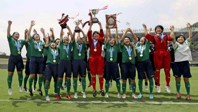 サッカー女子で優勝し、スタンド前で飛び上がって喜ぶ常磐木学園の選手たち ©読売新聞社