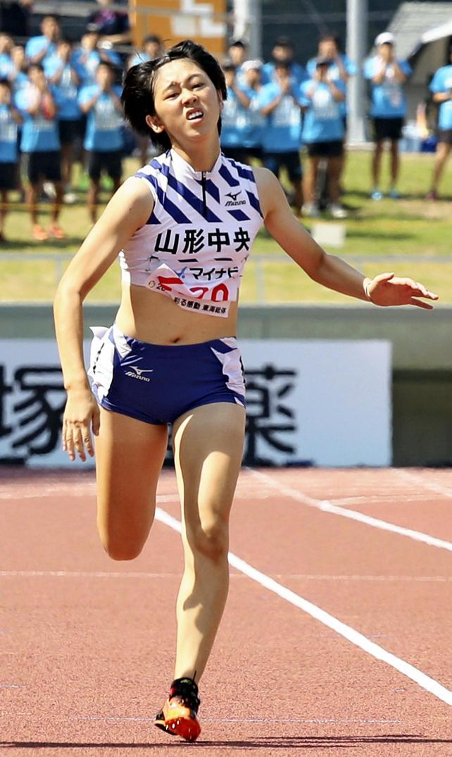 陸上女子200メートルで2位になった山形中央の青野朱李 ©読売新聞社